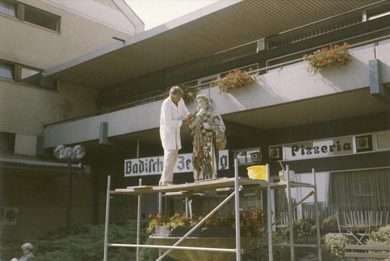 1977: Sigmund Baur beim Restaurieren des Hansele in der Karlstraße.