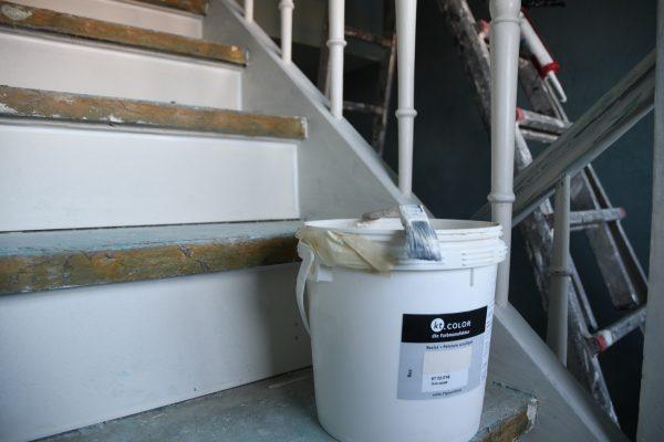 Maler Equipment: Ein kt.COLOR Farbeimer auf einer Treppe